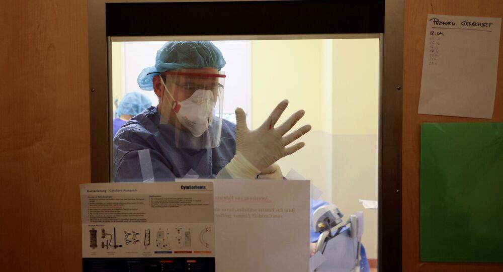 Lekarz na oddziale intensywnej terapii w szpitalu Havelhoehe w Berlinie, Niemcy