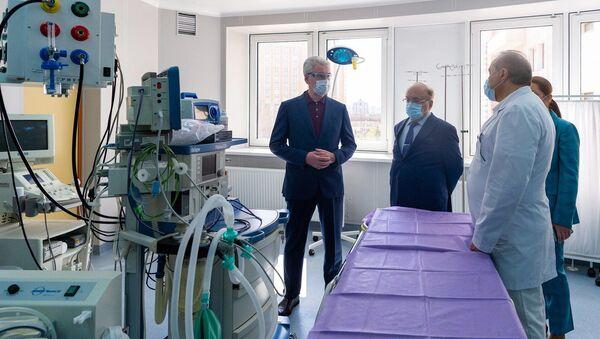 Rektor MGU Wiktor Sadowniczyj (drugi od lewej) i mer Sergiej Sobianin (z lewa) oglądają szpital zakaźny na potrzeby chorych na koronawirusa - Sputnik Polska