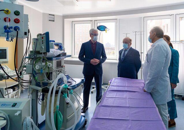 Rektor MGU Wiktor Sadowniczyj (drugi od lewej) i mer Sergiej Sobianin (z lewa) oglądają szpital zakaźny na potrzeby chorych na koronawirusa