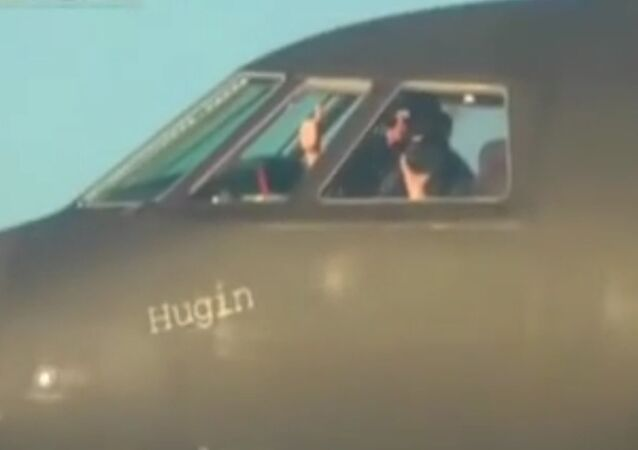 Pilot norweskiego samolotu przyjaźnie macha rosyjskiemu pilotowi