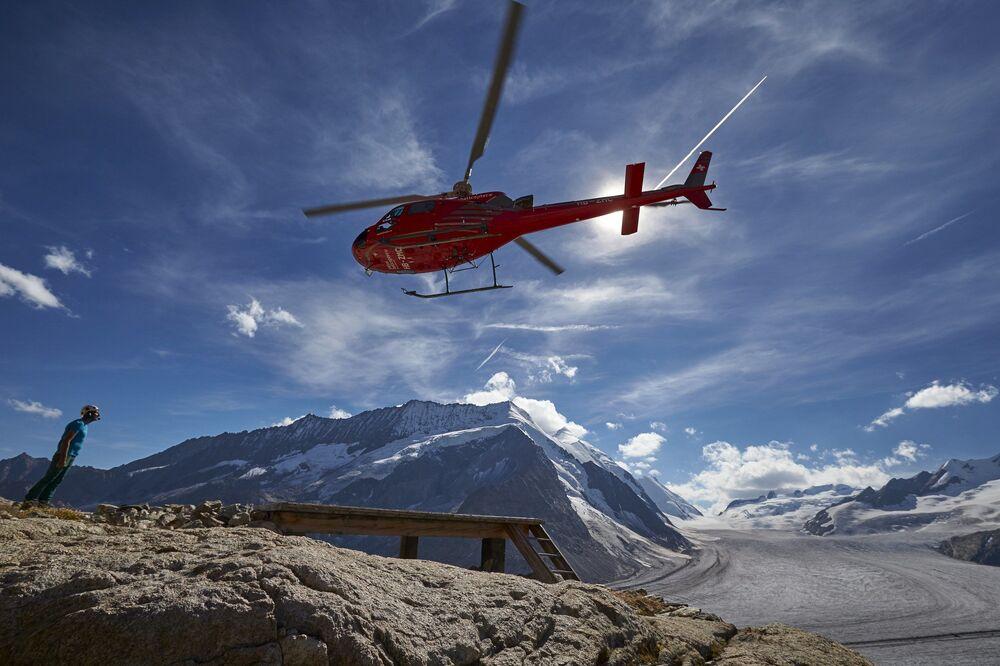 Helikopter nad lodowcem Aletschgletscher w Alpach
