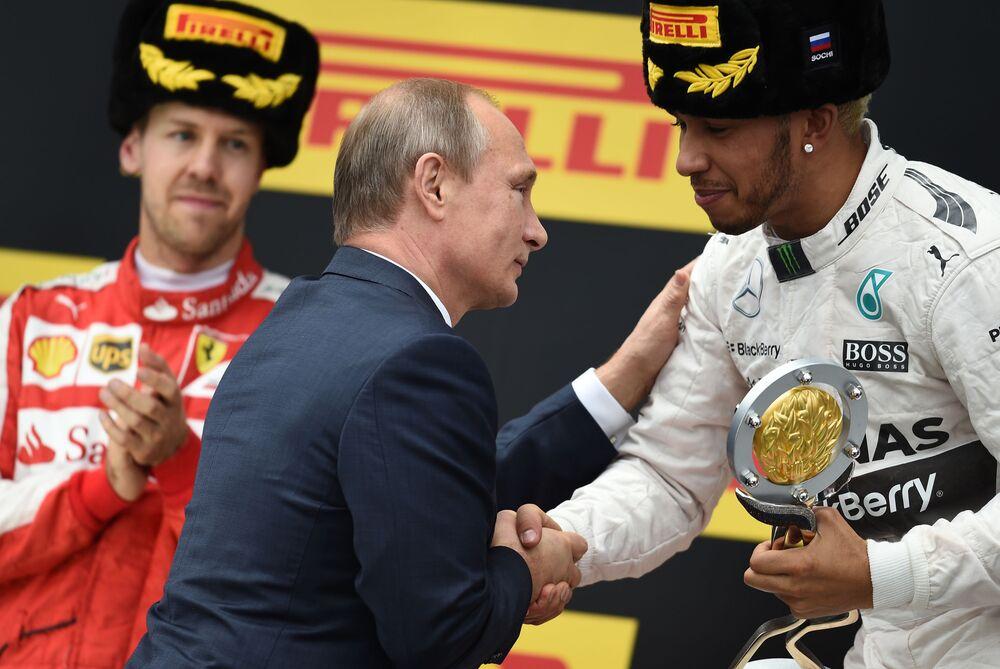 Prezydent Rosji Władimir Putin wręcza nagrody podczas Grand Prix Rosji Formuły 1