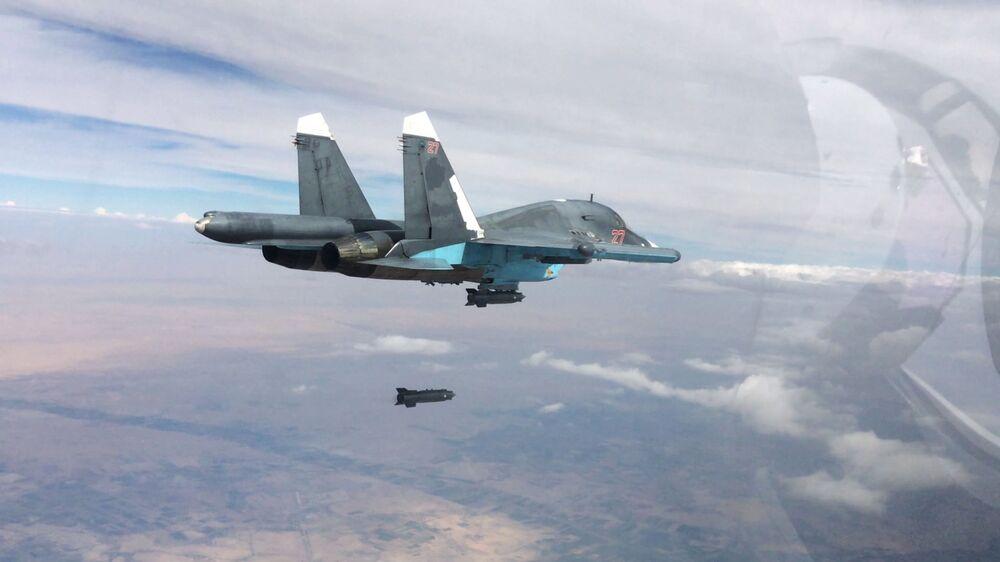 Niszczyciel Su-34 podczas nalotów w prowincjach Rakka i Aleppo w Syrii