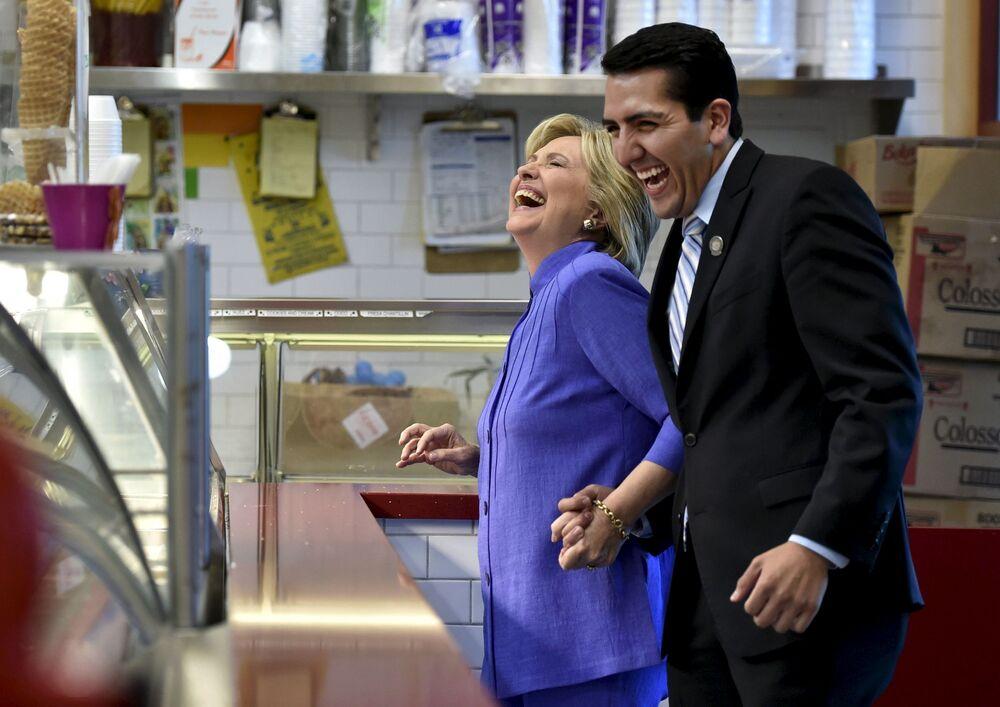Kandydatka na prezydenta USA Hillary Clinton kupuje lody