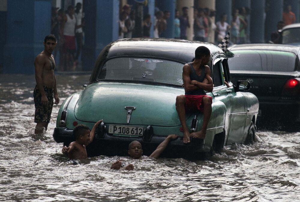 Młodzież na zatopionej ulicy w Hawanie, Kuba