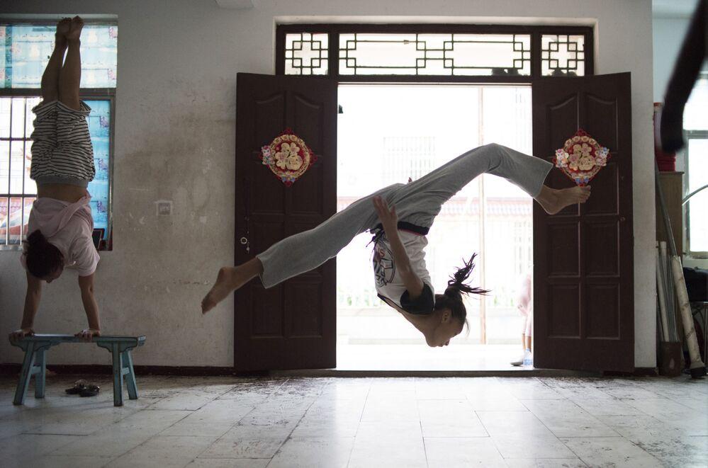 Dziewczyna z grupy Shanghai Dream acrobatic podczas treningu