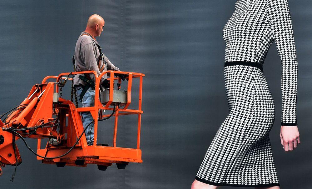 Robotnik rozgląda dziewczynę na reklamie Dressbarn w Nowym Jorku