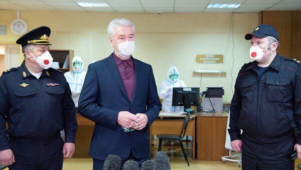 Mer Moskwy Siergiej Sobianin w czasie wizyty w nowo otwartym szpitalu dla osób chorych na COVID-19  - Sputnik Polska