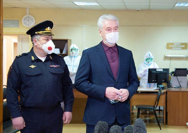 Mer Moskwy Siergiej Sobianin w czasie wizyty w nowo otwartym szpitalu dla osób chorych na COVID-19