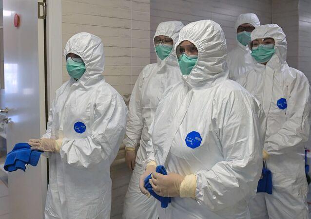 Pracownicy medyczni dezynfekujący oddział położniczy w szpitalu położniczym nr 10 w Petersburgu