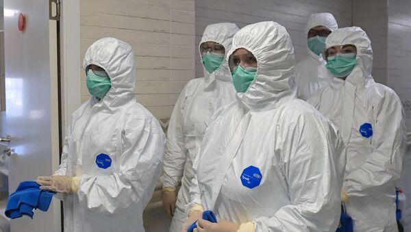 Pracownicy medyczni dezynfekujący oddział położniczy w szpitalu położniczym nr 10 w Petersburgu - Sputnik Polska