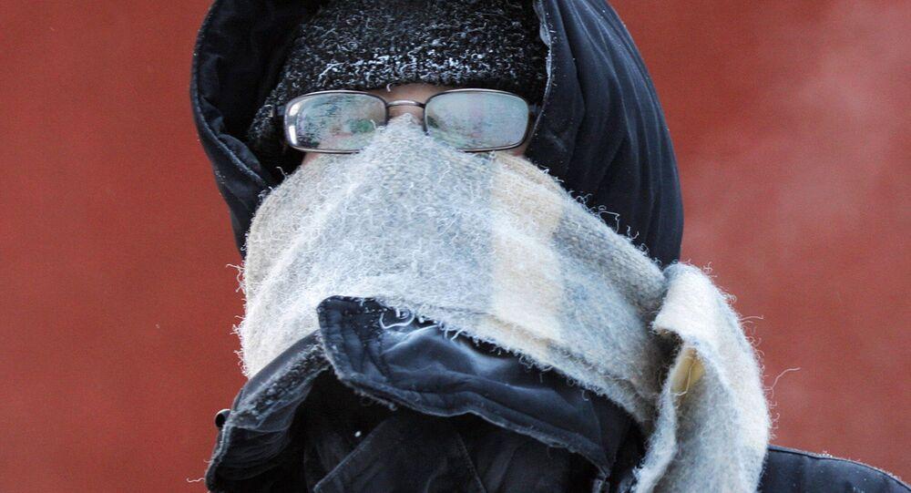 Mężczyzna w zaparowanych okularach
