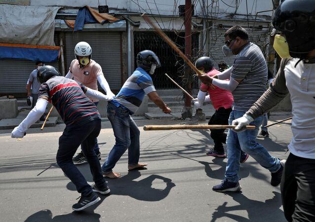 Kalkuta, policja bije pałkami mężczyznę, który złamał zasady samoizolacji