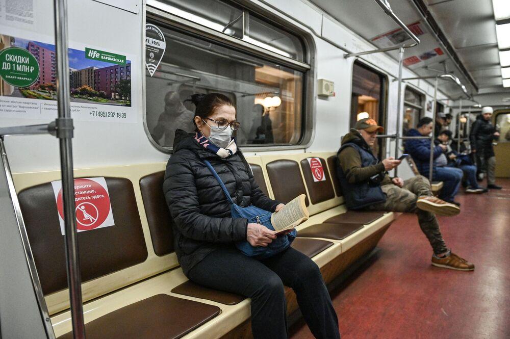 Pasażerowie w moskiewskim metro