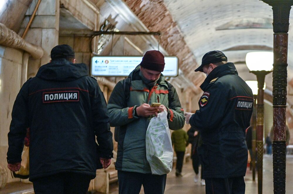 """Policjanci na stacji """"Nowokuznieckaja"""" w moskiewskim metrze"""