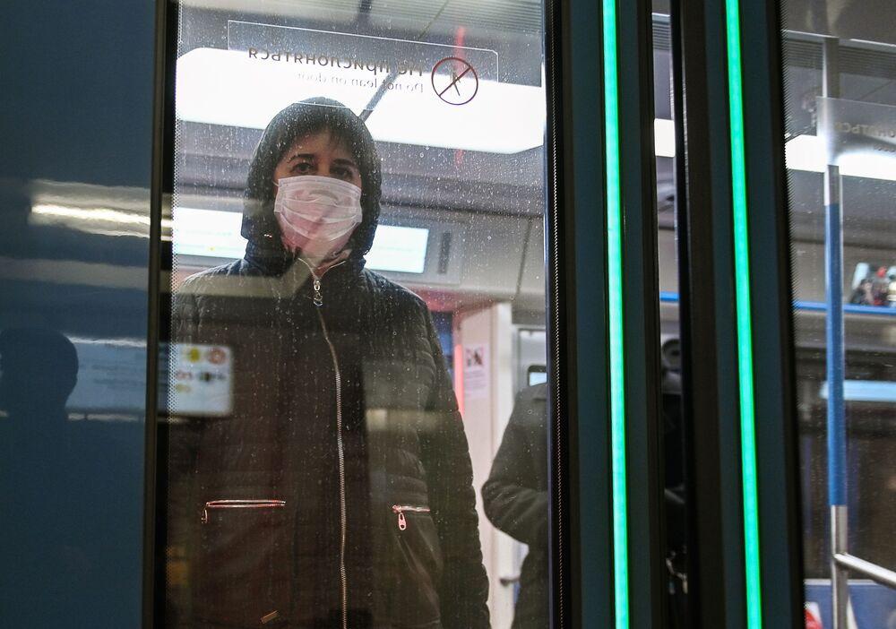 Kobieta w masce w moskiewskim metro