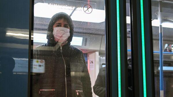 Kobieta w masce w moskiewskim metro - Sputnik Polska