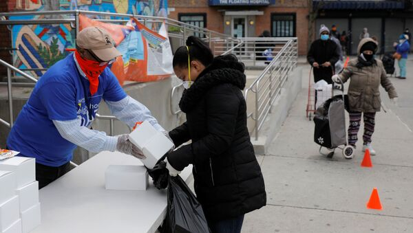 Wolontariusze rozdają jedzenie w Nowym Jorku. - Sputnik Polska