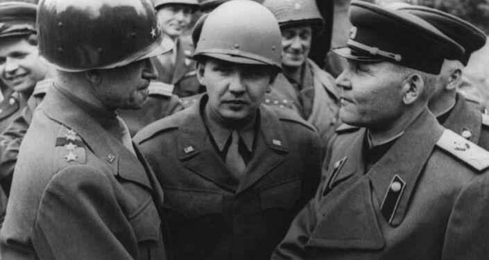 Marszałek Iwan Koniew i Omar Bradley podczas spotkania nad Łabą w sztabie 1. Frontu Ukraińskiego