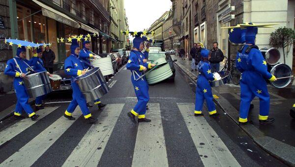 Ludzie przebrani za flagę Unii Europejskiej - Sputnik Polska