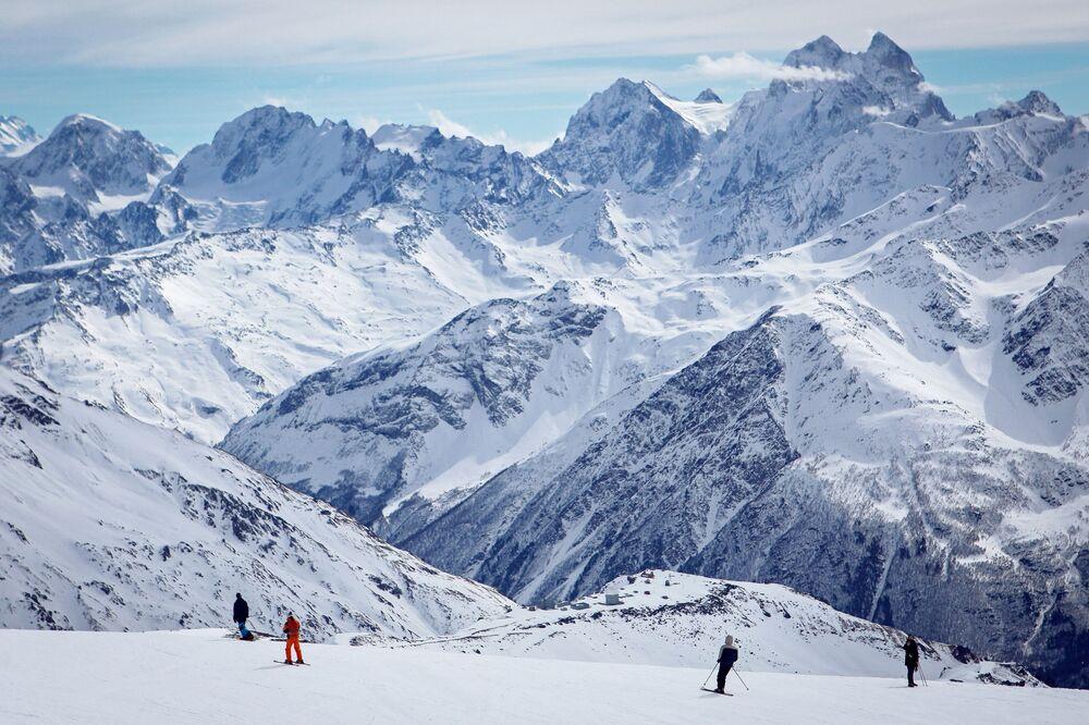 Urlopowicze w kurorcie Elbrus w ośrodku narciarskim Elbrus Azau w Republice Kabardyno-Bałkarii