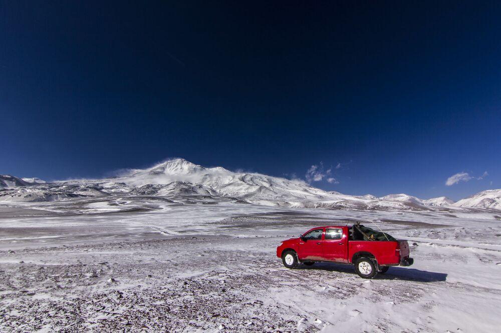 Widok na wulkan Ojos del Salado w pobliżu schroniska Atakama