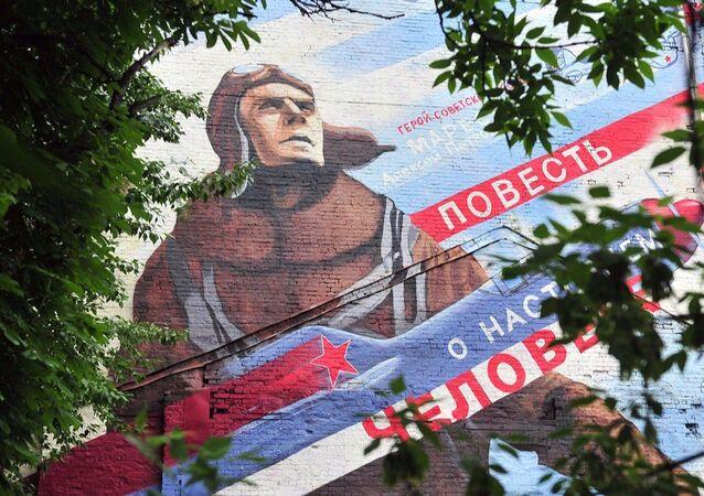 Rysunek przedstawiający legendarnego pilota na fasadzie domu w Moskwie