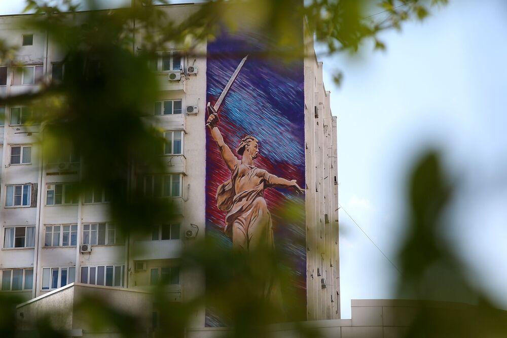 Graffiti na fasadzie budynku w Noworosyjsku. Graffiti zostało wykonane przez artystów z Kraju Krasnodarskiego w ramach projektu Ściany Zwycięstwa