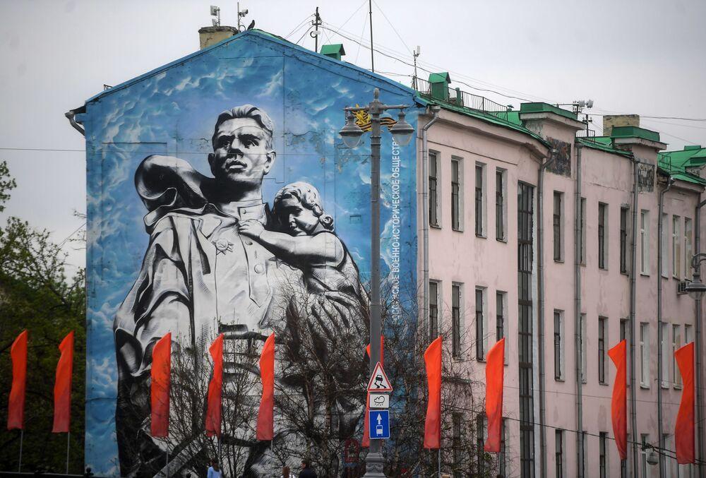 """Graffiti """"Wojownik-Oswobodziciel"""" na jednym z domów w Moskwie"""