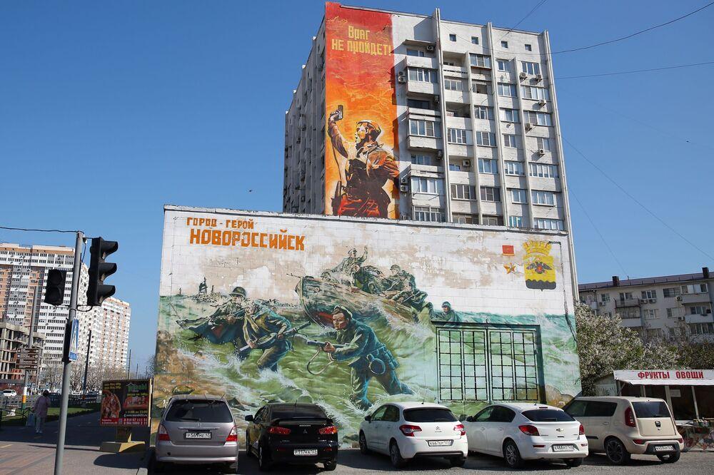 Graffiti poświęcone Dniu Zwycięstwa na fasadzie domu w Noworosyjsku