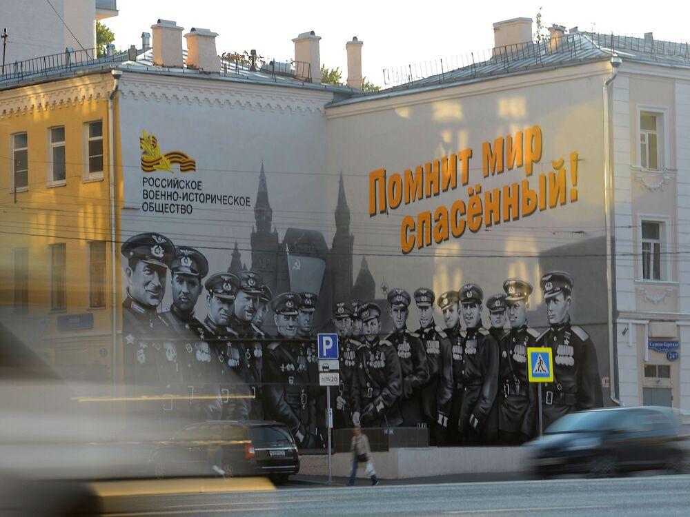 """Graffiti """"Radzieccy piloci"""" wykonane przez artystyę Maksima Toropowa"""