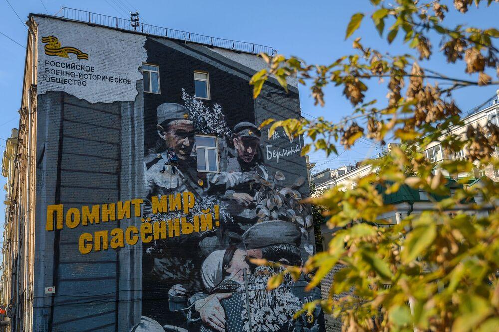 """Graffiti """"Pociąg zwycięstwa"""" w wykonaniu artysty Artema Stefanowa"""