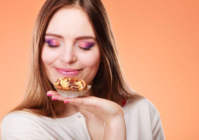Kobieta wdycha zapach ciastka