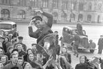 Moskwianie gratulują żołnierzowi 9 maja 1945 roku