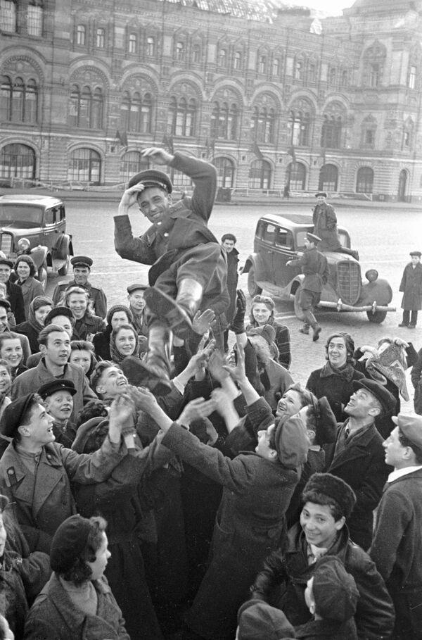 Moskwianie gratulują żołnierzowi 9 maja 1945 roku - Sputnik Polska