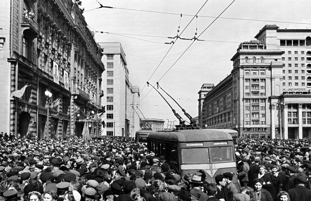 Pod ambasadą USA. 9 maja 1945 roku