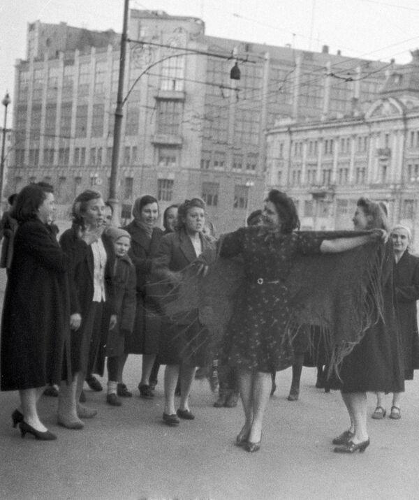 Tańce na ulicy 9 maja 1945 roku w Moskwie - Sputnik Polska