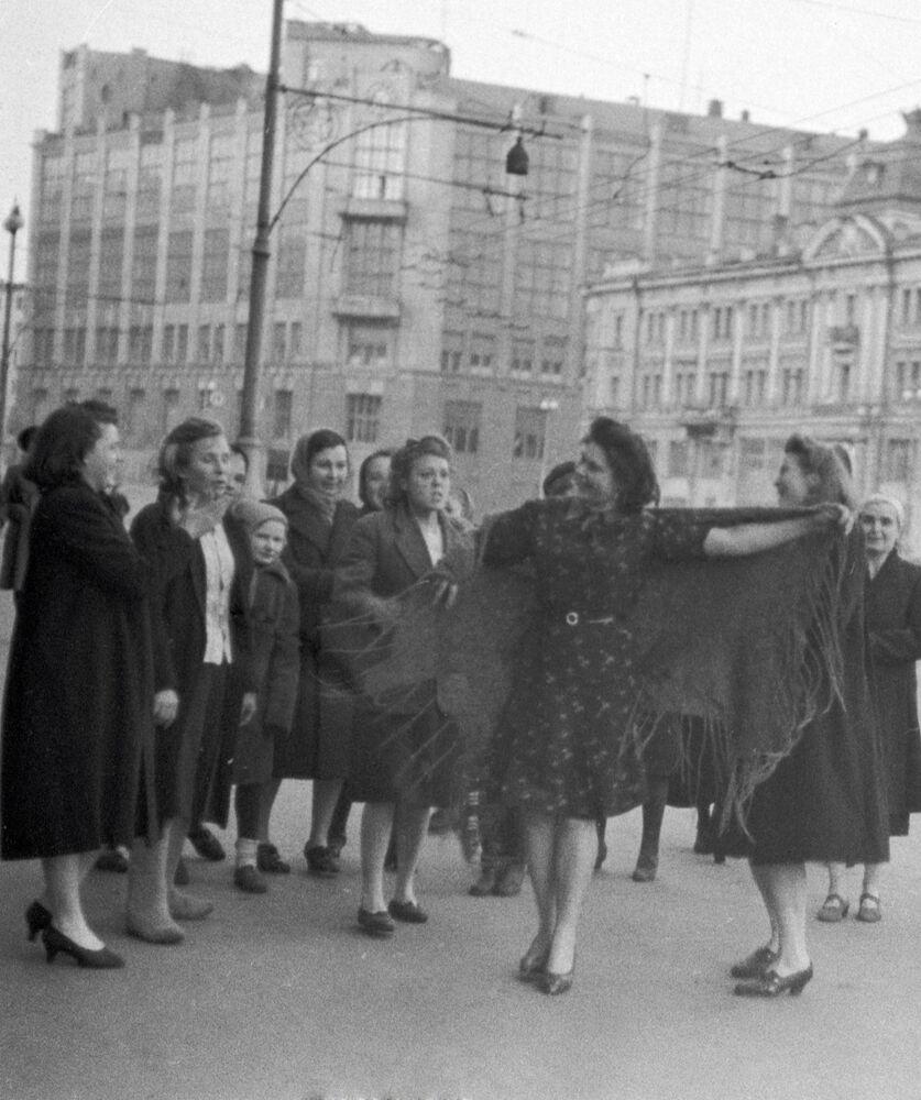 Tańce na ulicy 9 maja 1945 roku w Moskwie