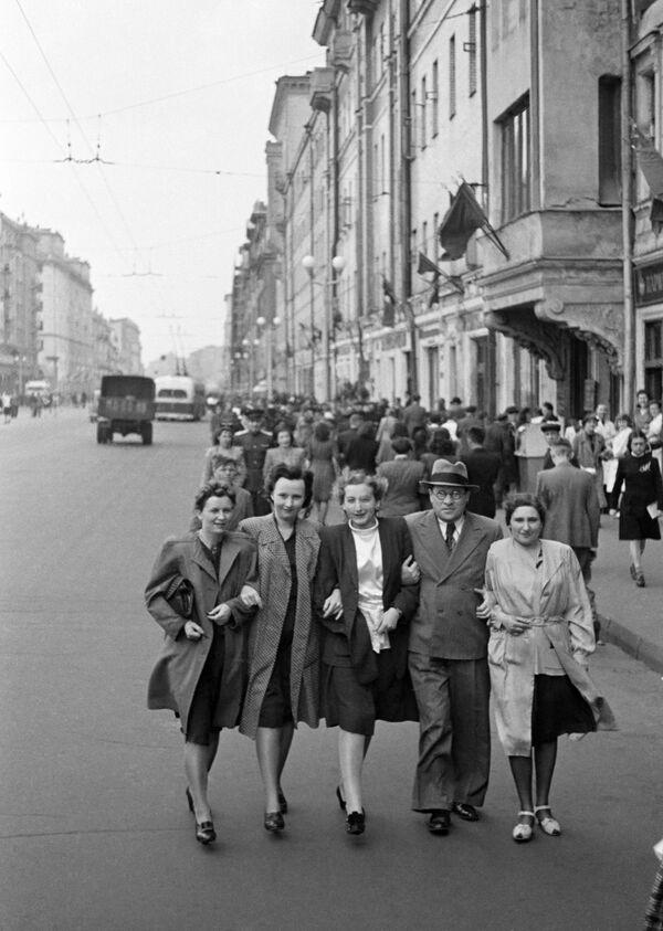 Moskwianie na ulicy im. Gorkiego (obecnie Twierskaja)  - Sputnik Polska