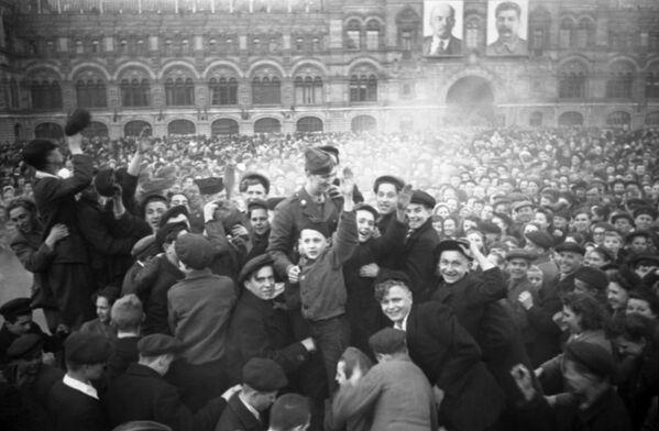 Moskwianie na Placu Czerwonym 9 maja 1945 roku - Sputnik Polska