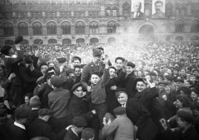 Moskwianie na Placu Czerwonym 9 maja 1945 roku