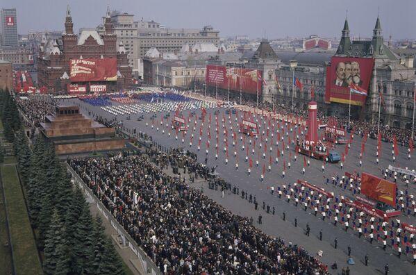 Parada sportowa na Placu Czerwonym w Dniu Solidarności Międzynarodowej Robotników, 1969 rok - Sputnik Polska