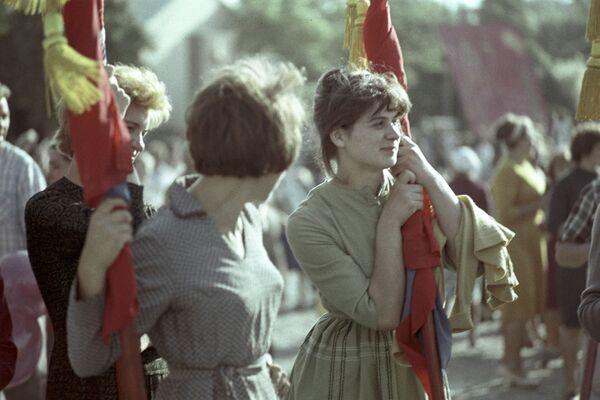 Pracownicy szwalni w Tiraspolu nazwanej na cześć 40. rocznicy Komsomola podczas obchodów 1 maja 1964 rok - Sputnik Polska