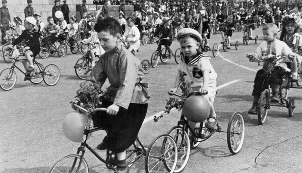 Dzieci na rowerach podczas demonstracji w maju w Stalingradzie, 1946 rok - Sputnik Polska
