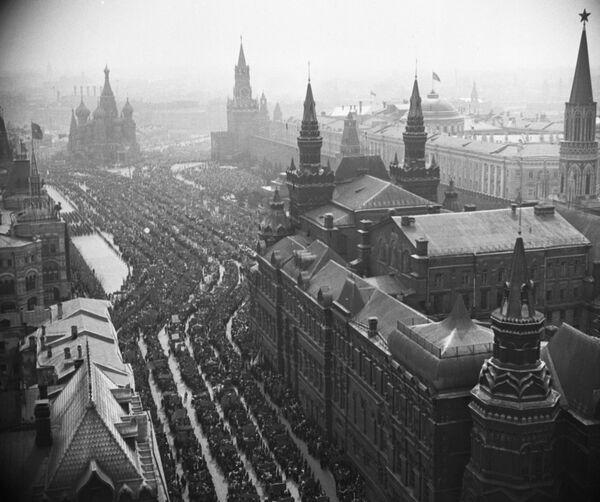 Demonstracja robotników na placu Czerwonym w Moskwie w 1952 rok - Sputnik Polska