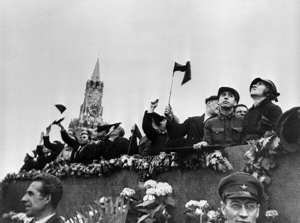 Goście z Moskwy na podium Mauzoleum Lenina podczas demonstracji 1 Maja na Placu Czerwonym, 1934 rok - Sputnik Polska