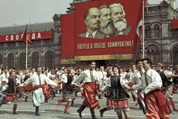 Wystąpienie artystów na Placu Czerwonym podczas obchodów Międzynarodowego Dnia Solidarności Robotniczej, 1964 rok - Sputnik Polska