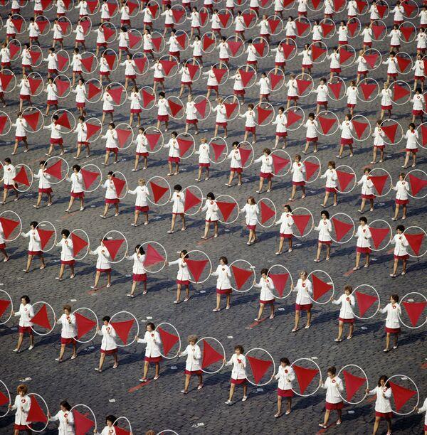 Występ sportowców na Placu Czerwonym w Moskwie na cześć Dnia Międzynarodowej Solidarności Pracowników, 1974 rok - Sputnik Polska
