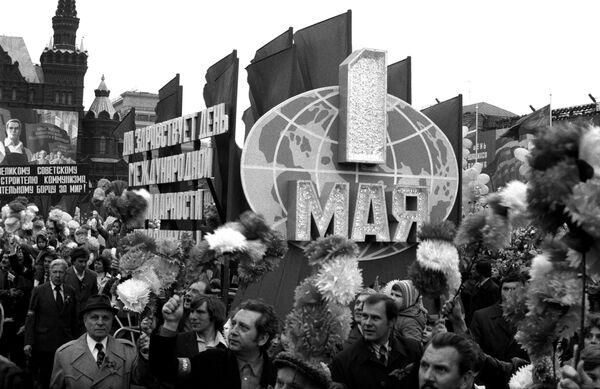 Demonstracja robotników na Placu Czerwonym w Moskwie 1 maja 1982 rok - Sputnik Polska