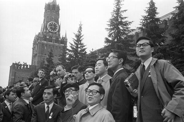 Delegacja japońskich związków zawodowych podczas demonstracji robotników na Placu Czerwonym w Moskwie w 1970 rok - Sputnik Polska